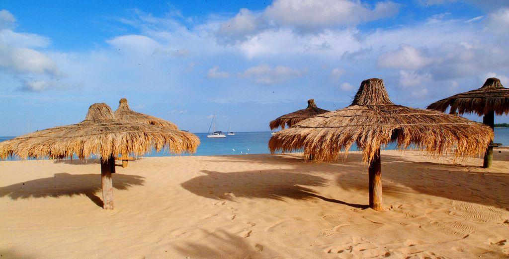 Donnant directement sur la plus longue plage de sable blanc de l'île
