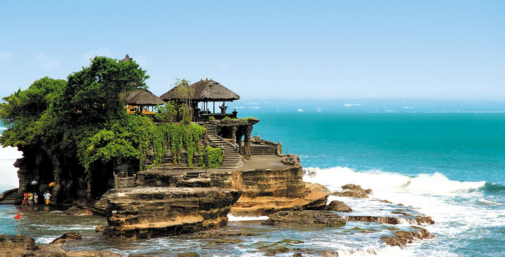 Photographie du temple de Tanah Lot à Bali, côtes rocheuses et vue sur la mer de Bali