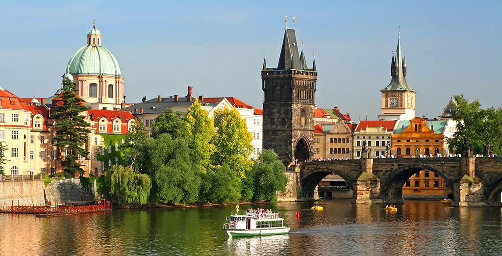 Puis, partez à la découverte de la ville en traversant la Vtlava par le Pont Charles...