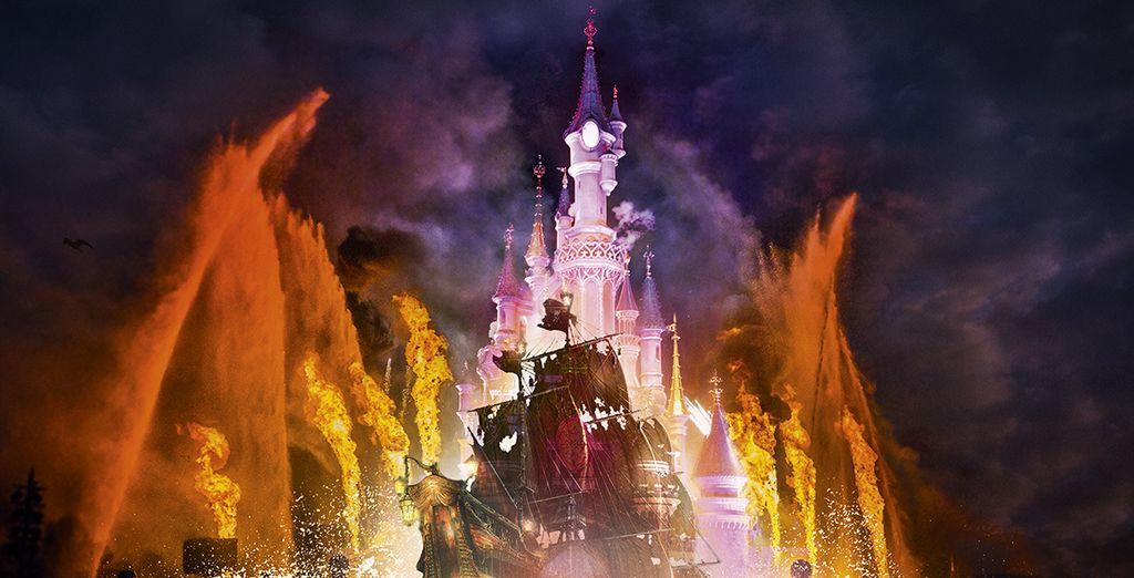 Fotografia delle luminarie di uno spettacolo Disney e del castello