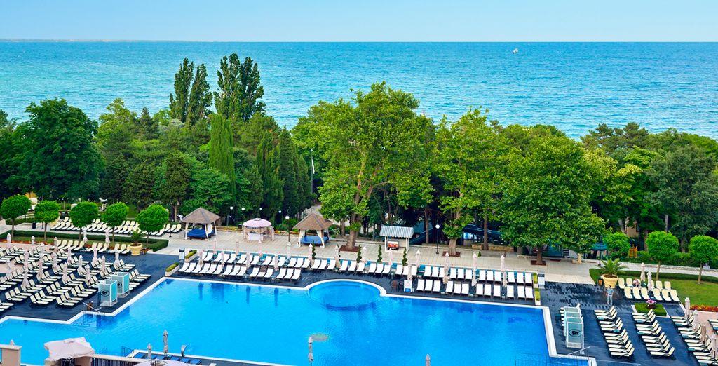 Hôtel de luxe avec piscine et accès direct aux plages de sable fin de la mer Noire*