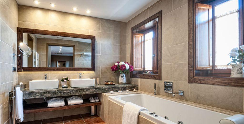 De sa salle de bain spacieuse et chaleureuse