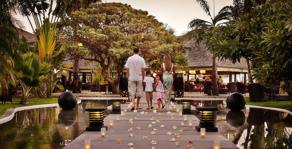 Hôtel de luxe avec plage privée, paysage verdoyant et espace détente