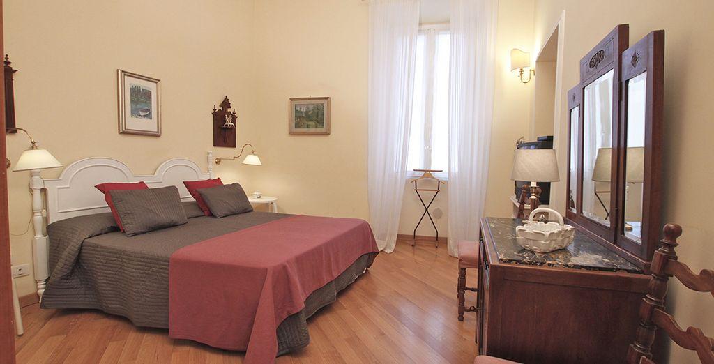 Une chambre spacieuse avec lit double