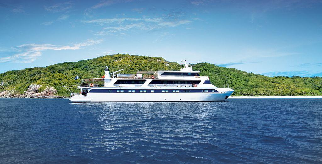 Un bateau élégant, profilé comme un yacht