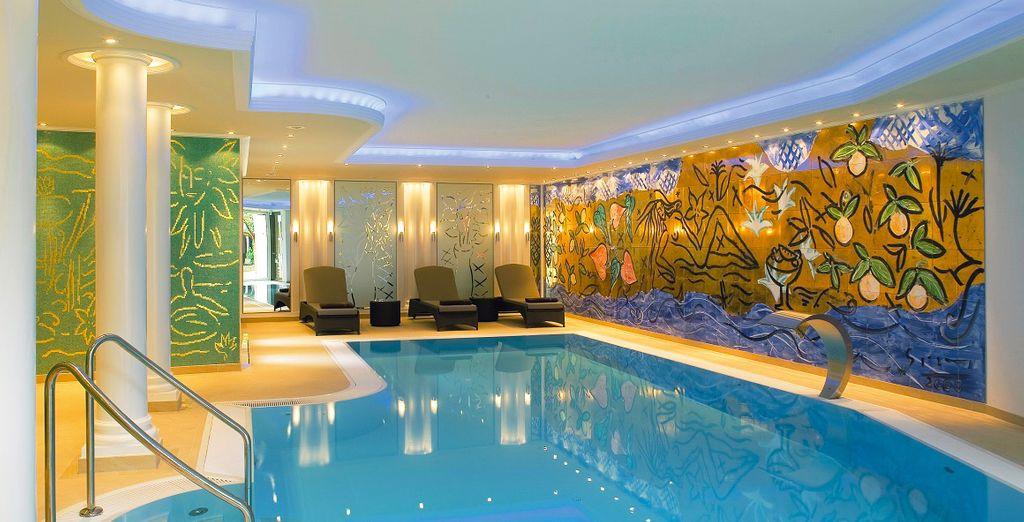 Vue sur la piscine d'un hôtels de luxe en Alsace