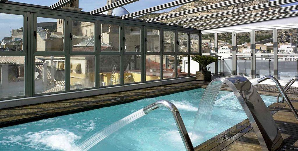 Faites quelques brasses dans la magnifique piscine sur le toit