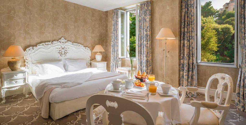 Découvrez votre chambre, décorée d'un mobilier d'inspiration romantique...
