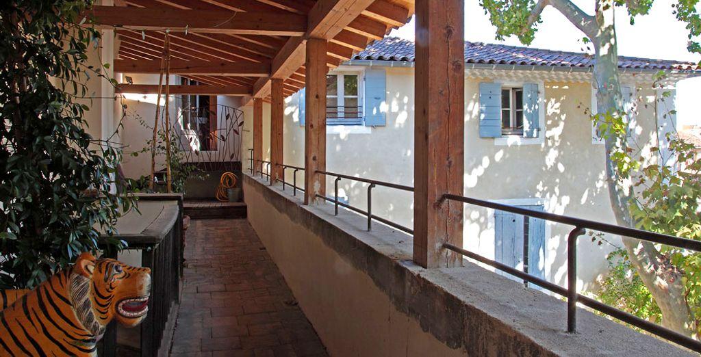 Dotée d'une terrasse privative donnant sur la place du marché