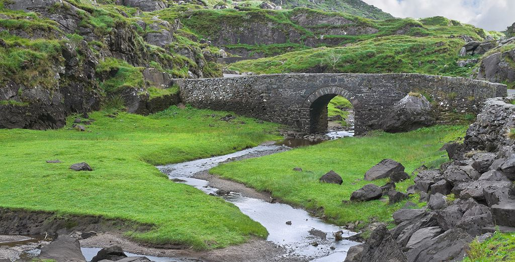 Ponctuée de constructions anciennes au caractère ancestral.