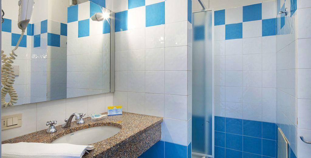 Avec une salle de bains agréable et fonctionnelle