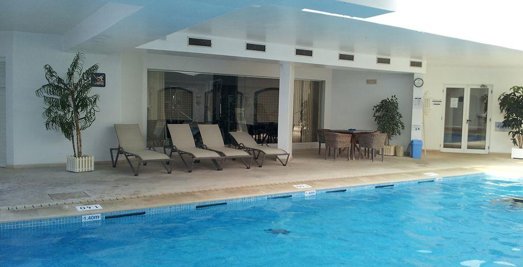 Entre autres activités disponibles au sein de l'hôtel, vous vous familiariserez avec la piscine intérieure...