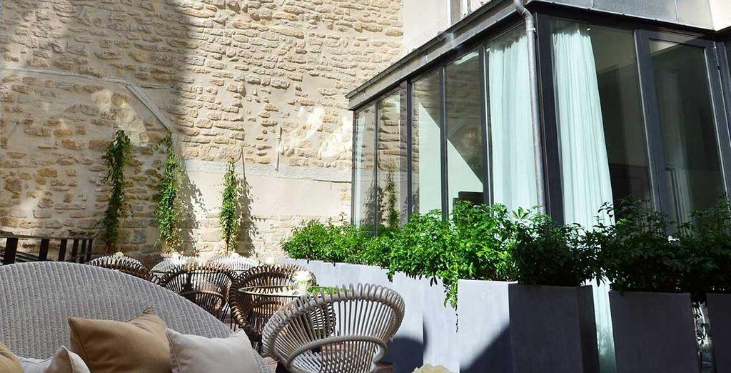 Dans la prolongation de la verrière, vous pourrez passer d'agréables moments de détente en terrasse