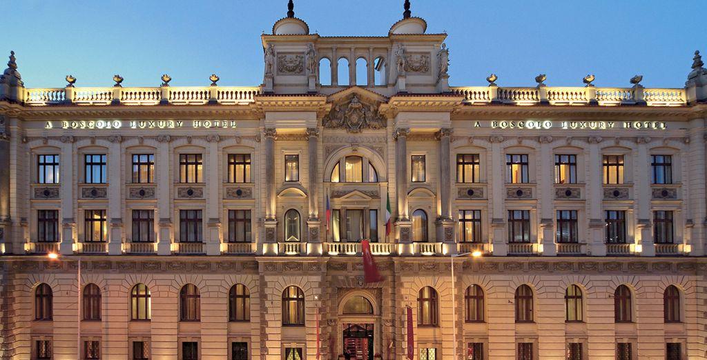 Au premier coup d'oeil, sa façade monumentale vous impressionera - Hôtel Boscolo Carlo IV Prague *****  Prague