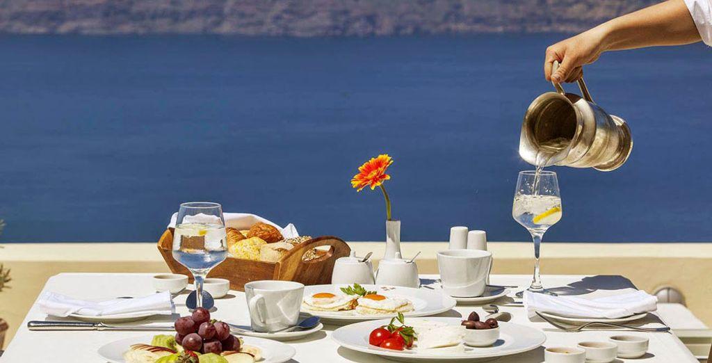 Pour commencer la journée, dégustez le petit déjeuner de l'hôtel...