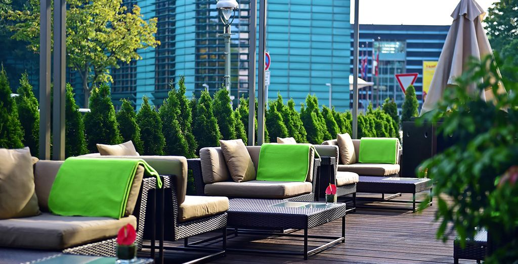 Bevete un drink in terrazza al sole