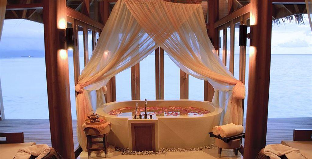 Lussuoso hotel 5 stelle a Les Maldive, con vasca da bagno affacciata sull'oceano. Ideale per una luna di miele