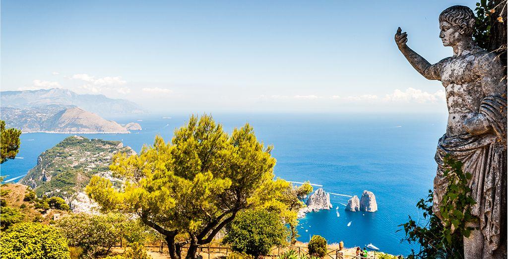 Paesaggi, coste rocciose e acque turchesi dell'isola di Capri in Italia