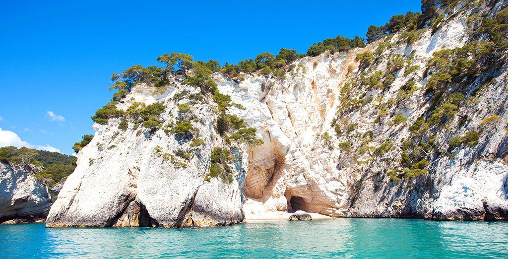 Coste rocciose, spiagge e acque turchesi in Puglia, Italia