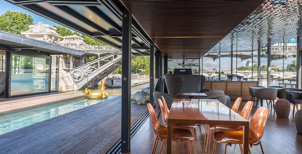 un bar che serve cocktail e tapas, un sentiero coperto, una vasca immersione ad acqua fredda e un porto turistico.
