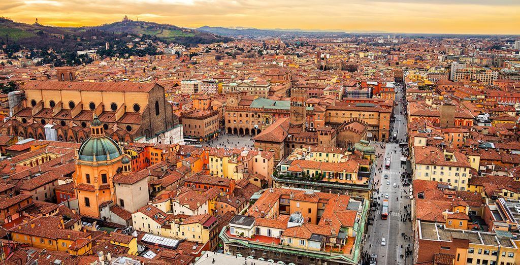 Fotografia della città di Bologna dall'alto, delle sue architetture colorate e dei suoi bellissimi monumenti storici