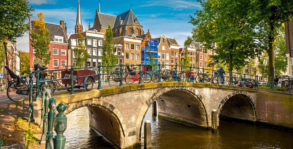 Fotografia di Amsterdam, i suoi canali e le sue numerose biciclette, un mezzo di trasporto comune verso i Paesi Bassi