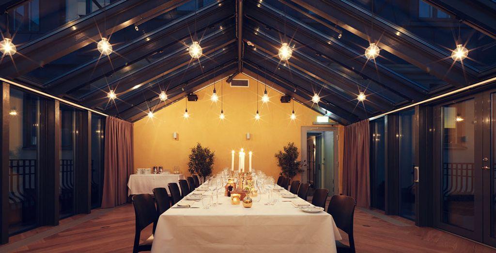 Il ristorante è un capolavoro architettonico e offre piatti internazionali gourmet