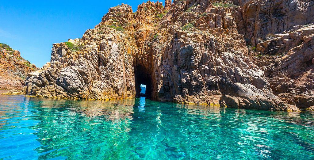 Di giorno, tuffatevi nelle acque cristalline dell'isola