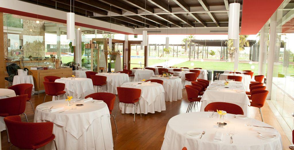 Accomodatevi al tavolo del ristorante stellato La Fenice