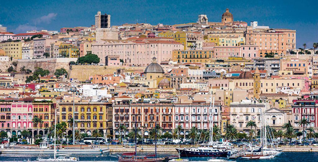 Fotografia della città di Cagliari in Sardegna e delle sue colorate architetture di fronte al porto