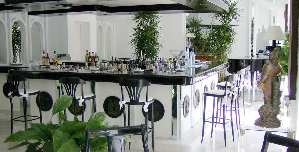 mentre al bar rinfrescanti cocktail