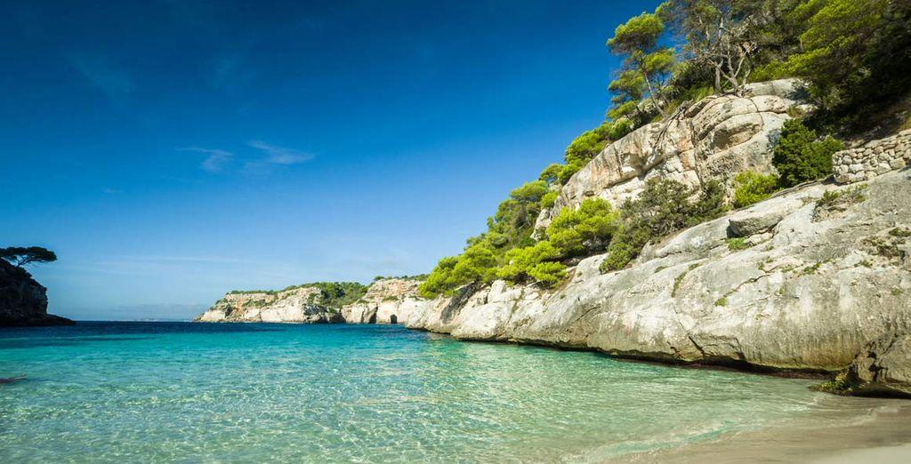 Spiaggia di sabbia fine e vista sulle acque turchesi del Mar Mediterraneo delle Isole Baleari