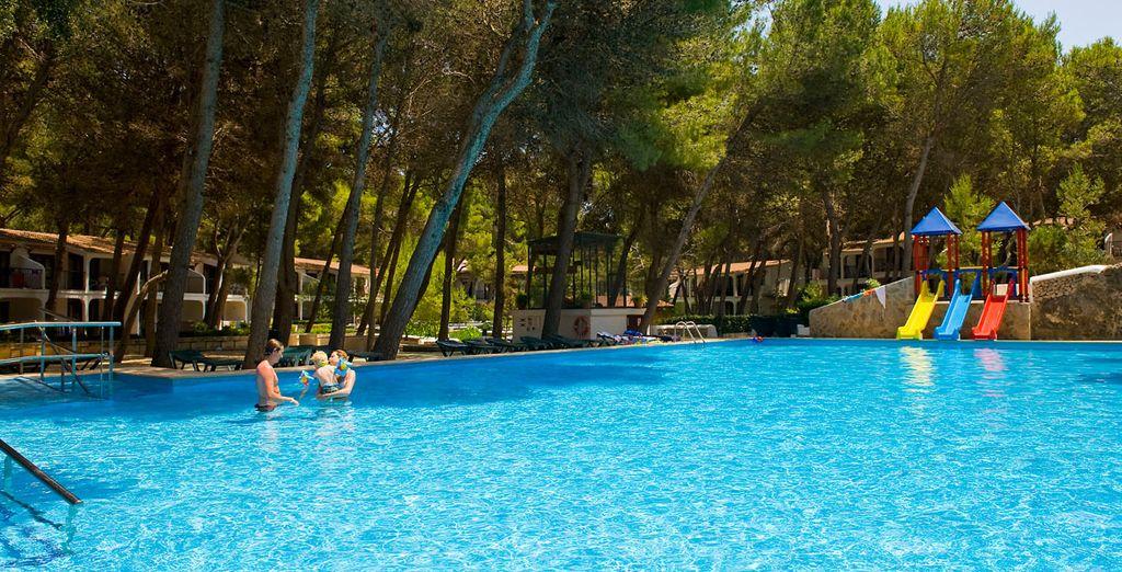 Hotel di alta gamma con piscina, scivolo e spa, ideale per vacanze in famiglia