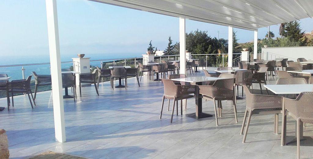 per pause sull'ampia terrazza, dove gustare un cocktail o un caffè