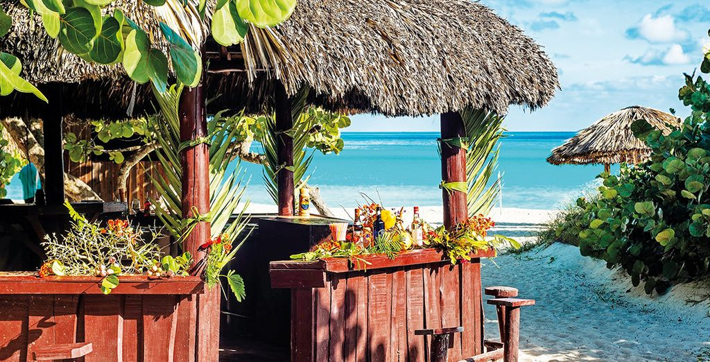 e sorseggiare un cocktail sulla spiaggia