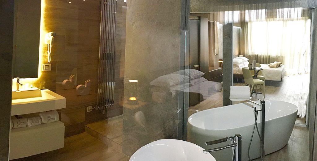 un ambiente elegante con vasca a vista sulla stanza