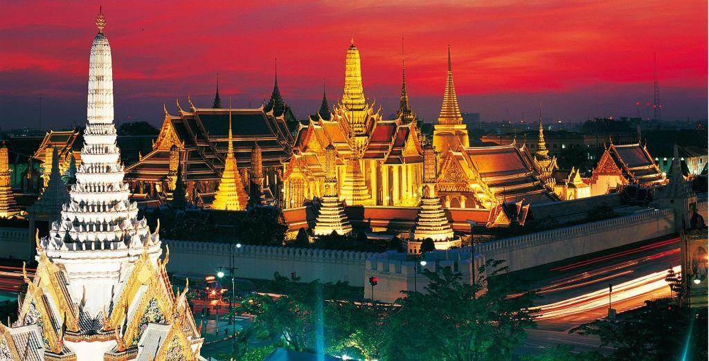Ammirate l'imponenza del Tempio del Buddha di smeraldo (Wat Phra Kaeo) a Bangkok