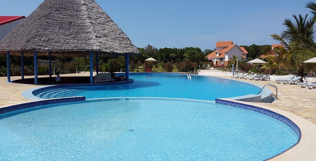 La piscina è un oasi di pace e tranquillità con vista sul mare