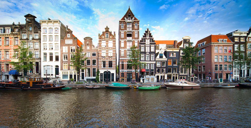 Amsterdam vi saprà stupire le sue case storte, i suoi canali e la sua atmosfera unica
