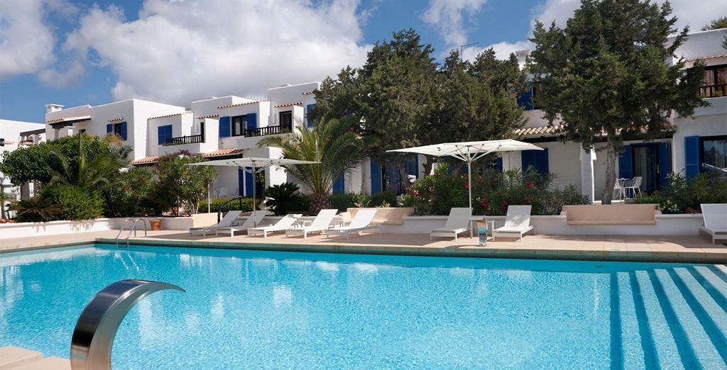Rinfrescatevi in piscina sotto il sole caldo di Formentera