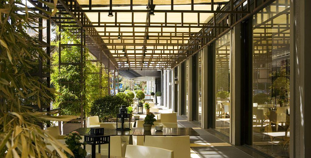 Accomodatevi in terrazza e godetevi il vostro soggiorno all'NH Leonardo da Vinci