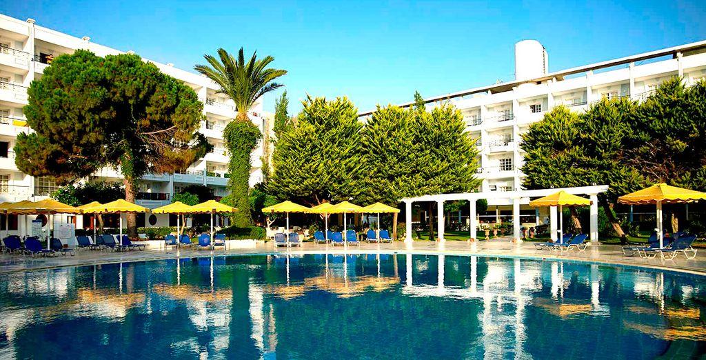 o rilassatevi nella splendida piscina all'aperto con acqua di mare