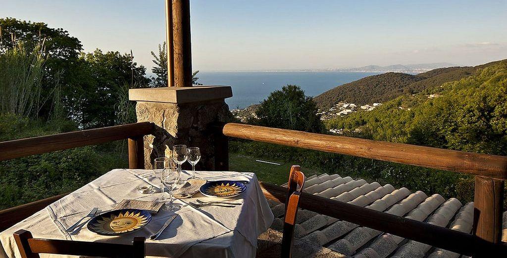 ammirando lo splendido panorama dell'isola