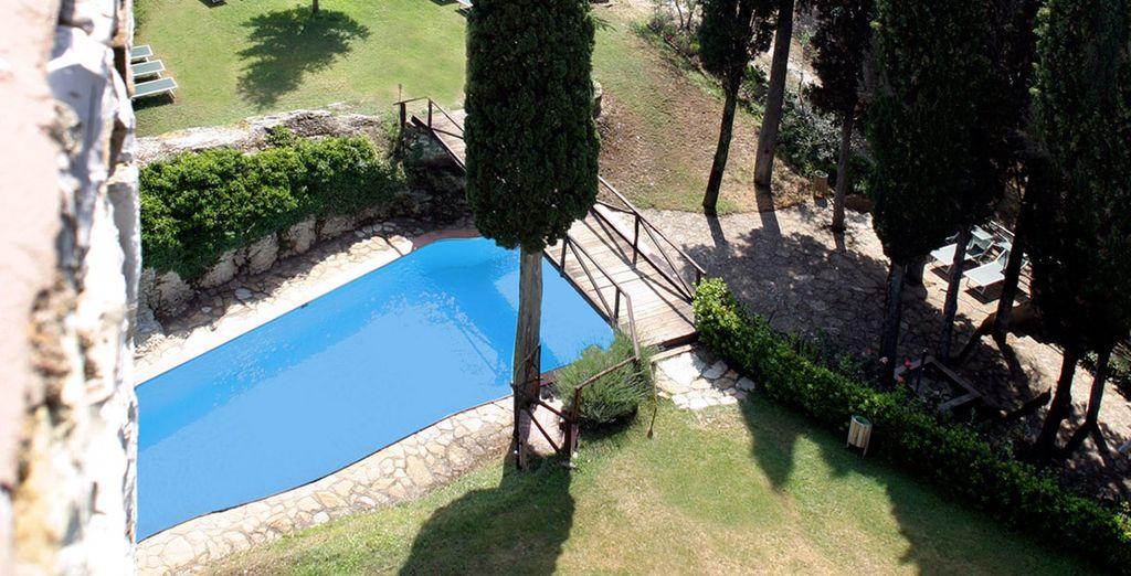 La struttura è dotata di un'ampia piscina costruita nell'antico fossato del castello