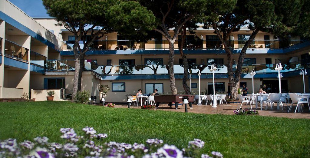 Gli spazi comuni all'aperto sono spaziosi e accoglienti per farvi godere della brezza marina direttamente dall'hotel