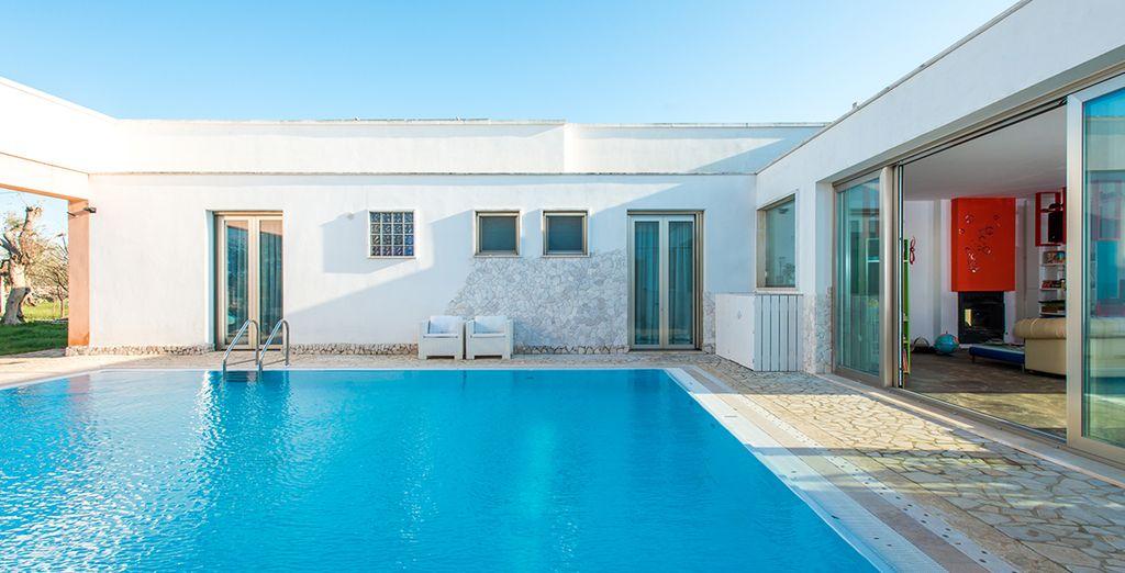 La piscina interna è un vero angolo di relax