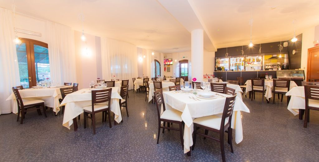 Il ristorante vi accoglie in un ambiente elegante e raffinato