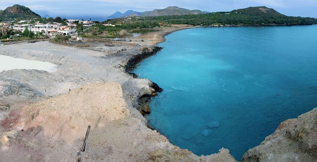 Vulcano vi farà innamorare con le sue lunghe spiagge