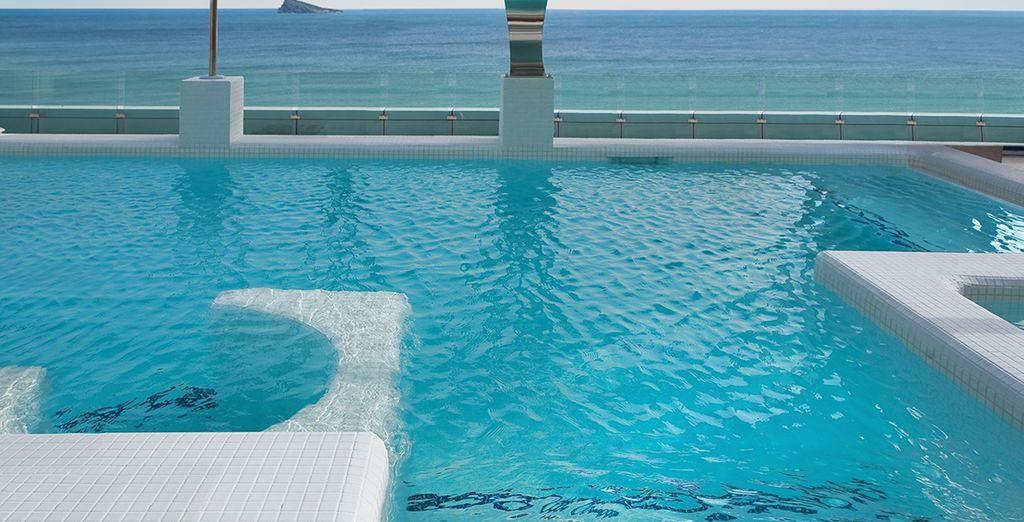 O fare un bagno guardando il mar Mediterraneo