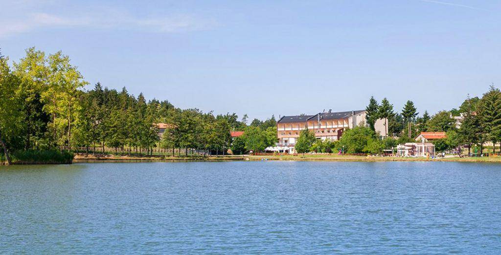 sulle sponde del lago dove potrete effettuare numerose attività sportive